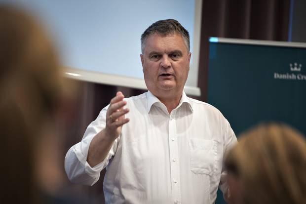 Det globale forsyningskaos får nu Danish Crown til at indgå en eksklusiv partneraftale med Mærsk, som skal sørge for at fragte slagterikoncernens varer helt fra slagteri til butik. Med alliancen vil man sikre, at varerne når frem til tiden, fortæller topchefen.
