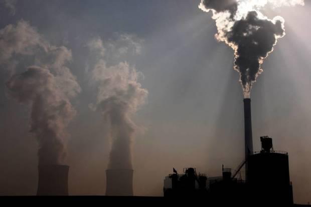 Frem mod 2030 vil der blive produceret langt mere olie, gas og kul, end Paris-aftalen giver plads til.