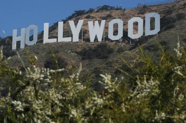 Filmfotograf har mistet livet under en filmindspilning, efter at Alec Baldwin har affyret en rekvisit-pistol.